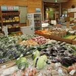 南さつま交流センター にいななまる 新鮮野菜や加工品が充実の店内