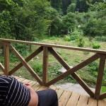 農家民宿 天狗伝説の里・楽しい家(や)庭に面したウッドデッキでのんびり